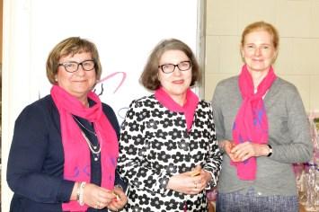 Hopeisen ansiomerkin saajat Nina Yrjölä, Anne Sinisalo ja Annukka Paloheimo