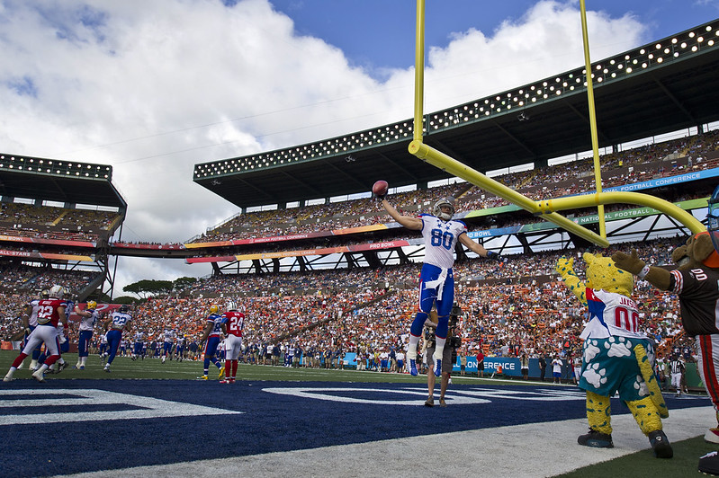NFL tight end Jimmy Graham dunking on the goal post