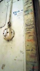 Rio Salso di Mondaino. Sul muro della casa di Fabio Tombari, le tacche corrispondenti all'altezza dei bambini (fotografia C. Ortolani, Aprile 2011).