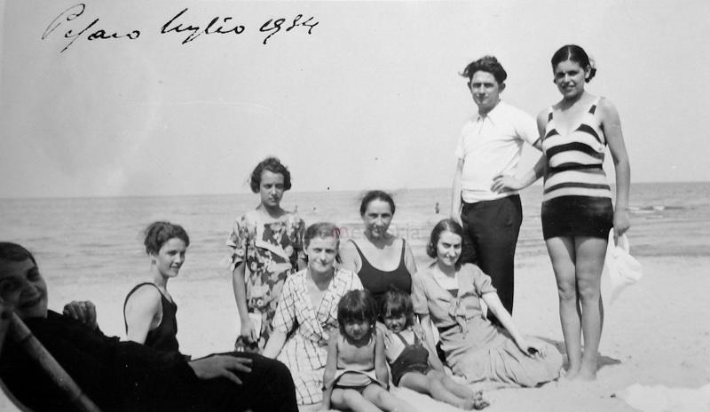 Pesaro, 1934. Prima Paganelli sulla spiaggia insieme con alcune sue lavoranti