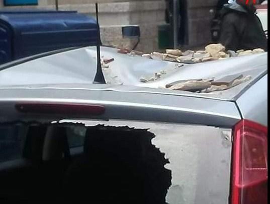 Raffiche di vento, calcinacci per strada e auto in via Montecucco. Zona transennata