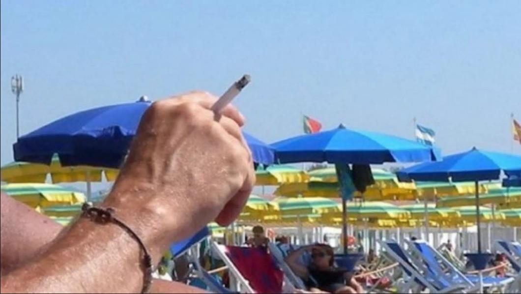 Addio sigarette in spiaggia? La Prefettura Bat suggerisce ai Comuni di istituire il divieto