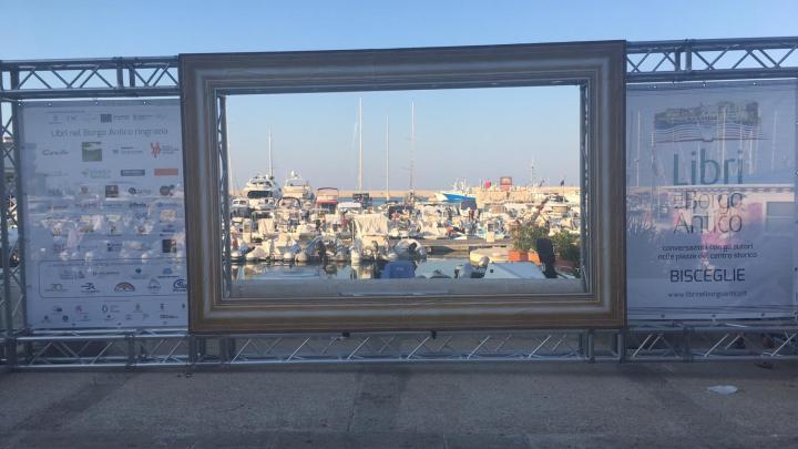 Una cornice e il porto di Bisceglie diventa un quadro. Nuova location per Libri nel Borgo Antico
