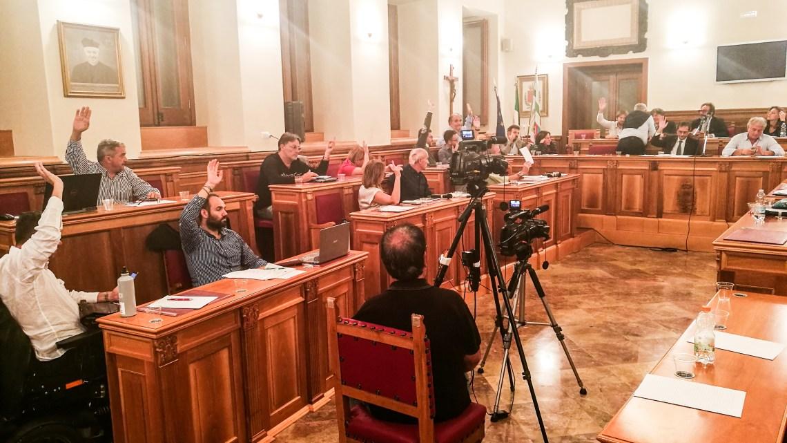 Venerdì torna il Consiglio comunale. Raffica di interrogazioni sul servizio igiene urbana