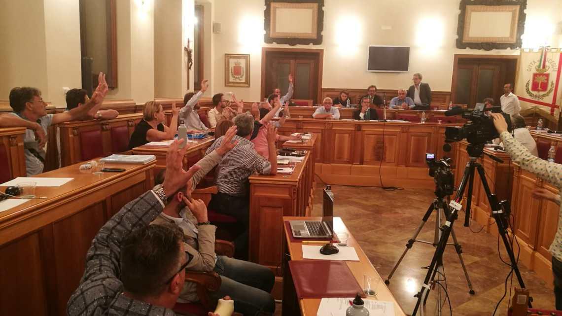 Dalle opposizioni al presidente Casella: «Convochi Consiglio comunale per discutere della maglia 165»