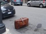 """Valigia vicino al marciapiede e il parcheggio diventa """"riservato"""""""