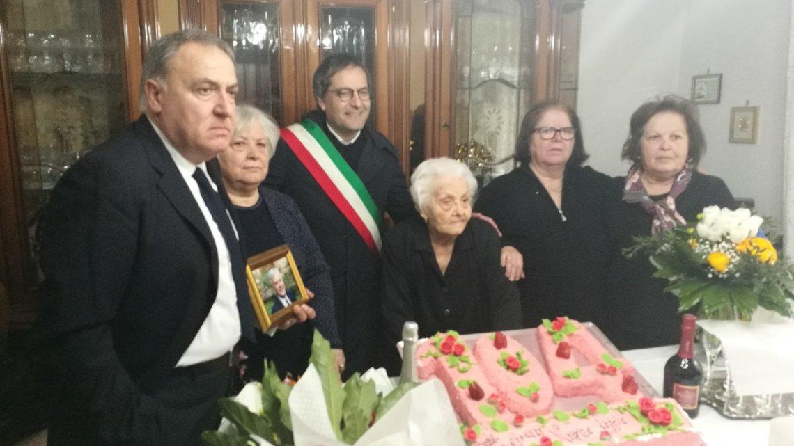 Nonna Angela festeggia 104 anni: gli auguri del Sindaco, la lettera dei familiari