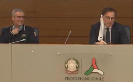 Ministro Boccia e la mascherina di carta in conferenza stampa: attacchi da opposizione