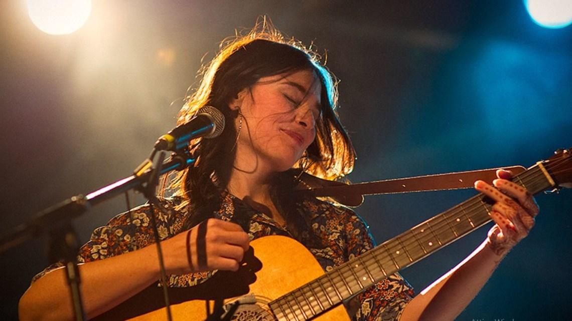 """Un  libro e una chitarra, Erica Mou tra librerie e festival d'Italia con """"Nel mare c'è la sete"""""""