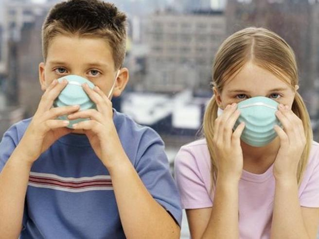 Scuole riaperte dal 14 settembre, alunni in classe con le mascherine