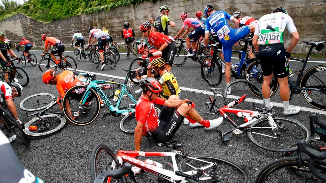 """""""Giro d'Italia"""", cade il gruppo a 45 km dal traguardo. E domani passa da Bisceglie"""