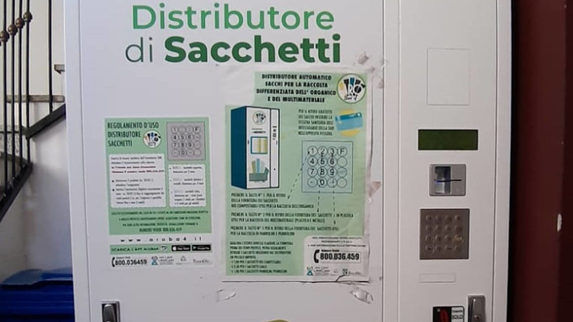 Aggiornamento tecnico in corso sui distributori automatici di buste per il conferimento dei rifiuti