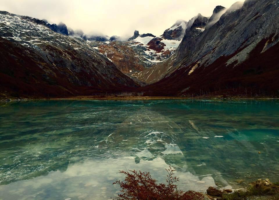 Trilha no Ushuaia leva a lagoa no meio das montanhas, a Laguna Esmeralda - foto Andrea Miramontes