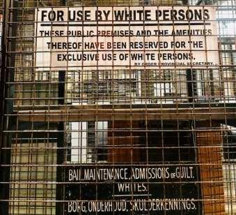 Propagandas da época doApartheid e placas que saparavam as pessoas podem ser vistas no Museu do Apartheid (fotos: Andrea Miramontes)