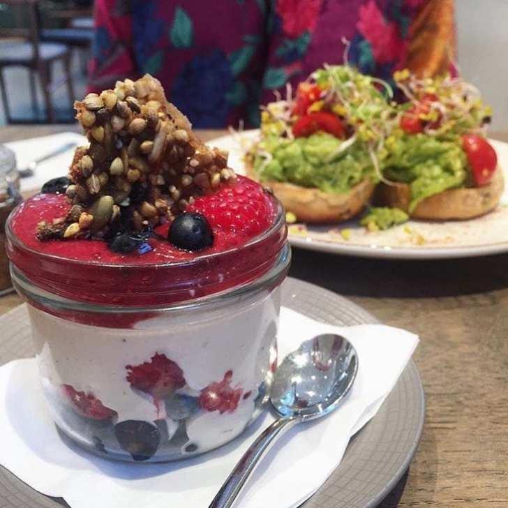 Algumas das sobremesas orgânicas e frescas preparadas pelo restaurante Farmacy Kitchen (foto Facebook do restaurante de Londres)