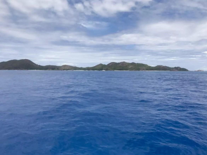 Curieuse Island vista do barco ao navegar pelo Oceano Índico - foto: Andrea Miramontes / Lado B Viagem