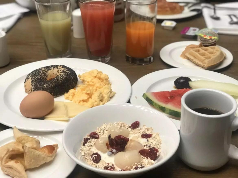 Café da manhã em sistema buffet tem frutas frescas, iogurtes e ovos preparados na hora - Andrea Miramontes / Lado B Viagem