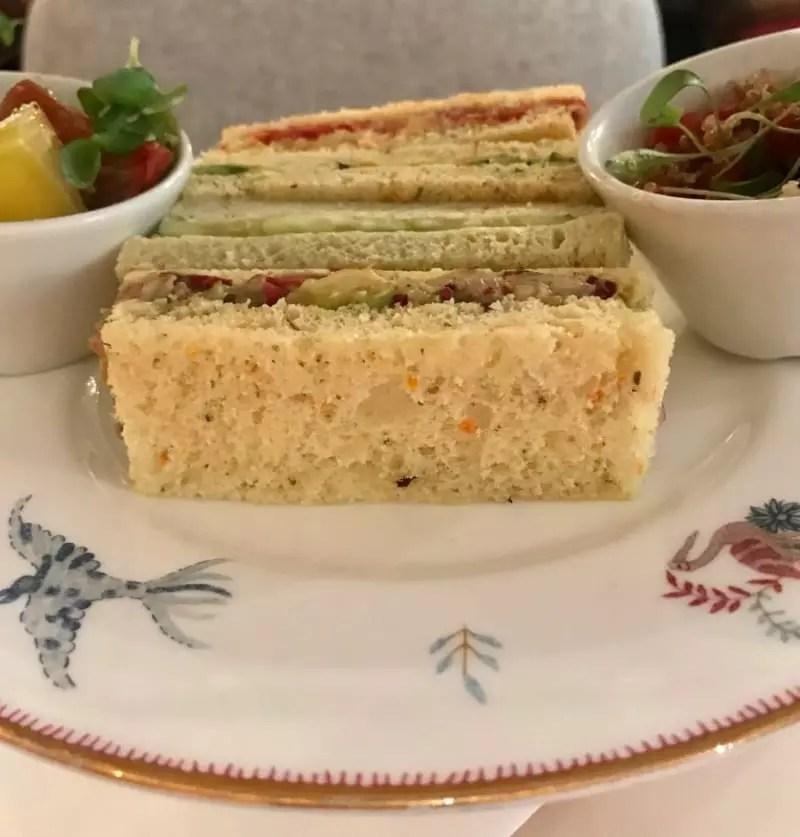 Sanduíches e saladinhas veganas estão no pacote do chá (Andrea Miramontes / Lado B Viagem)