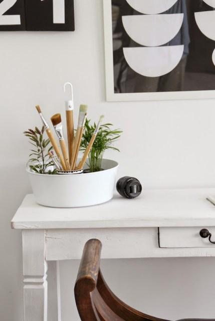 Ansicht des Schreibtischs mit Blumenampel Bittergurka von Ikea als Pinselaufbewahrung