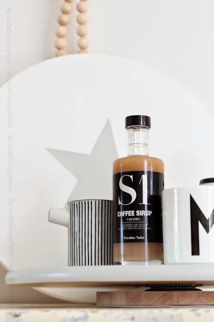 Ansicht der Giveaway Drehteller einer in weiß mit grauem Stern und einer in grau mit weißer Schrift Hmm
