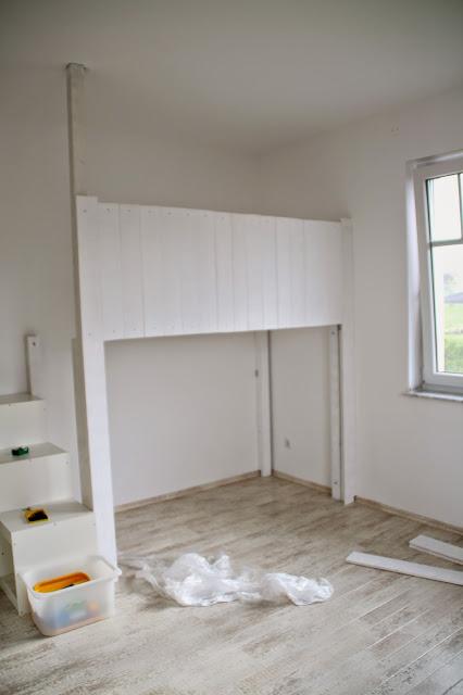 Anblick des Hochbettes mit montierten Brettern in Weiß