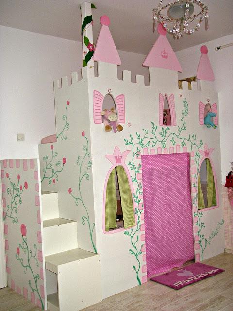 Hochbett Prinzessinnenschloss mit Burgzinnen und drei Türmen in Weiß Rosa mit Gardinen vor den Fenstern