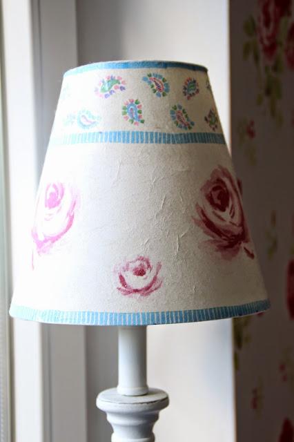 Alter Lampenschirm mit Blumen