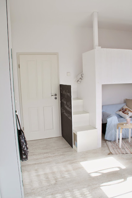 Blick zur Tür mit Hochbett und Schrank