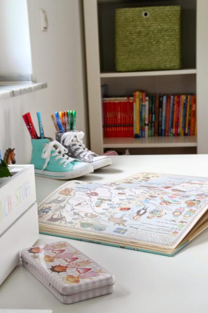 Buch liegt offen auf dem Schreibtisch Blick führt zum Bücherregal