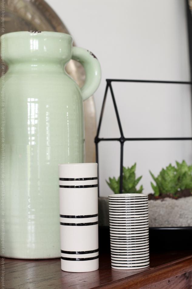 Zwei Vasen von LIV gestreift schwarz weiß