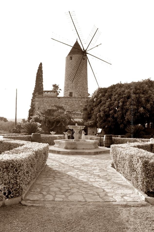 Blick auf die Mühle in Santa Maria Moli des Torrent Restaurant mit Springbrunnen in der Mitte und Hecken die das Ganze säumen