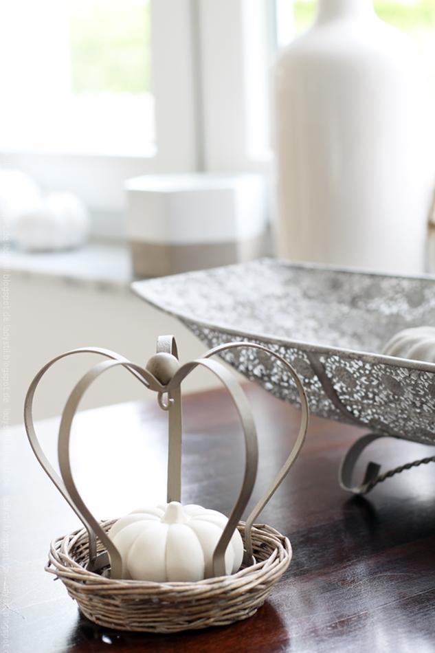Teller aus Korbgeflecht mit Metallkrone darin ein weißer Kürbis Herbstdeko
