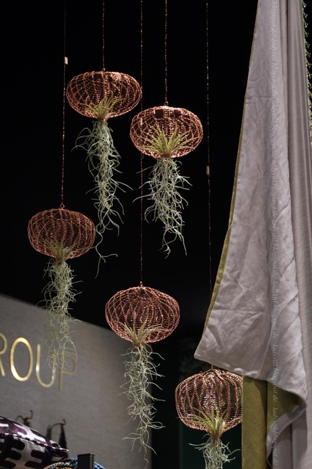 Messe Amsterdam vt wonen en design beurs 2015 hängende Pflanzen in kupferfarbenen Ballons aus Draht