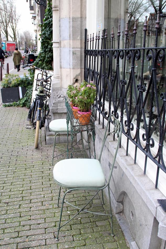 Blick auf ein mit Blumen geschmücktes Ladenlokal Amsterdam