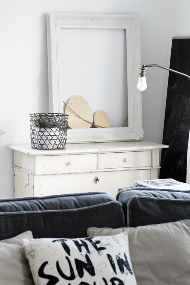 Osterdekoration im Wohnzimmer und Schlafzimmer, dezent Akzente , Holzeier in Bilderrahmen, Sofablick und Pflanzen im Eisenkorb