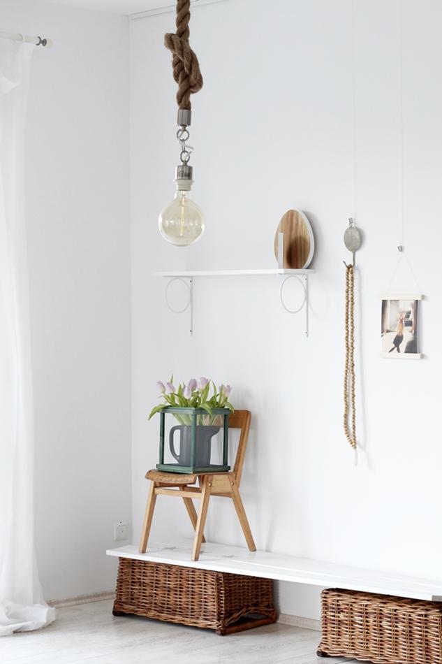 Osterdekoration im Wohnzimmer und Schlafzimmer, dezent Akzente , Hasenbild von Schumikova, Kette aus Holzkugeln und Holzeier , Stuhl mit Tulpendekoration