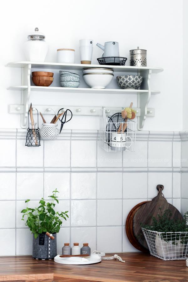 Dekodonnerstag mit Küchen Details von Räder und wie man Geldgeschenke hübsch verpackt, Küchenregal mit weißen und holzfarbenen Accessoires, Gewürzdosen von Räder