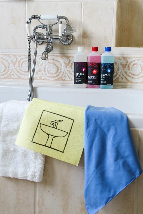 großzügiges Badezimmer mit großer Badewanne und hellen Fliesen, Badezimmer in Holz, Weiß, Putzutensilien 3Klar