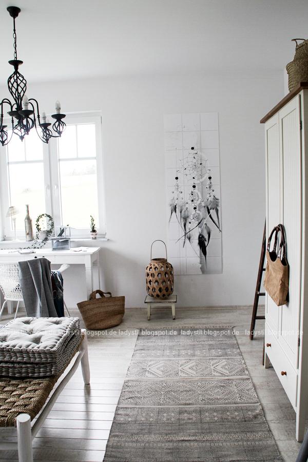 Mach´s Dir gemütlich im Schlafzimmer! Mit natürlich-wärmenden Materialien, schicker Bettwäsche und weichen Decken durch die kalte Jahreszeit! I feel good! grau weiß schwarz Interior im Schlafzimmer mit Traumfänger Wandbild