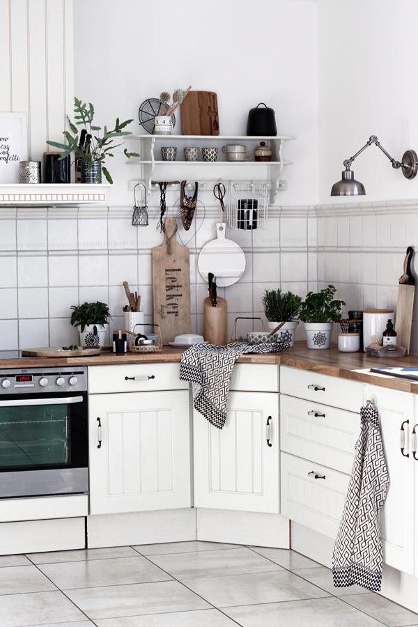 Küchenimpressionen im New Boho Stil, Schwarz Weiß Holz, Scandiboho Living Mandala Kräutertöpfe selber gestalten, DIY im Bohostil für die Küche