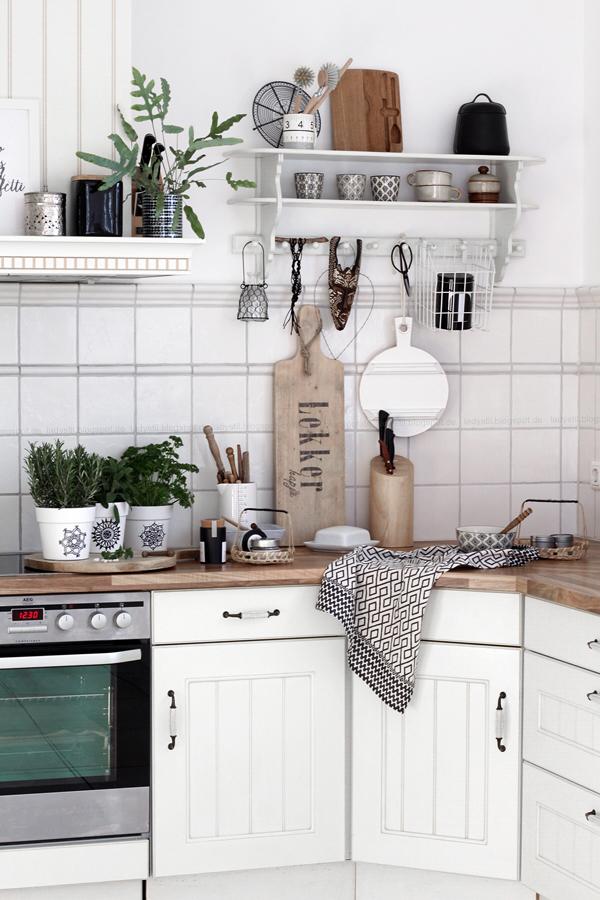 Überblick über die Boho Stil Küche Schwarz weiß Holz mit Mandala Übertöpfen als DIY Anleitung