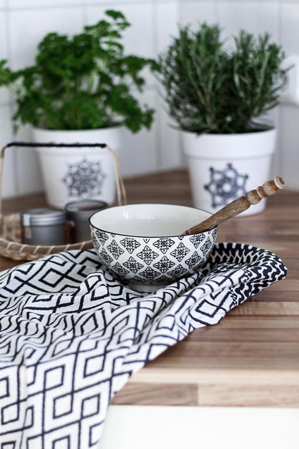 Boho Küchentuch mit schüssel in schwarz weiß von Ib Laursen, sowie schwarz weißen Übertöpfen mit Mandala Muster als Kräutertopf