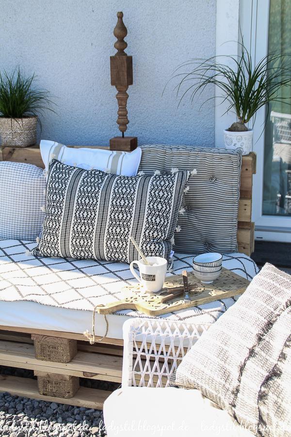 Palettenlounge selberbauen, Dekoideen für Terrasse und Garten, Boholook in Schwarz Weiß Holz