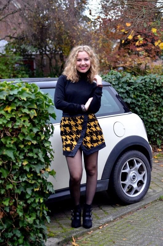 short skirt and mini cooper | Lady Goldapple