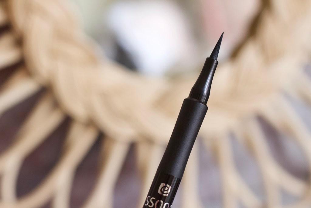 alt-eye-liner-noir-pointe-fine-elissance