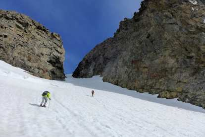 Nearing the steep, narrow chute to the saddle