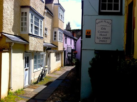 Steps of the free tour in Oxford: narrow street