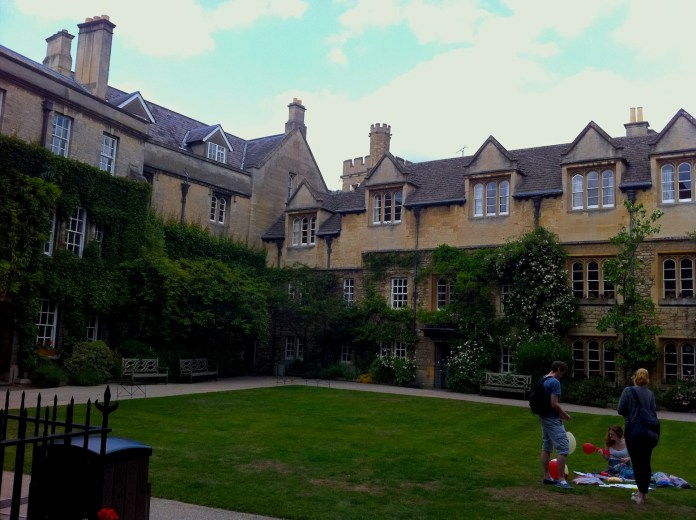 Steps of the free tour in Oxford: inner yard of on of the Colleges