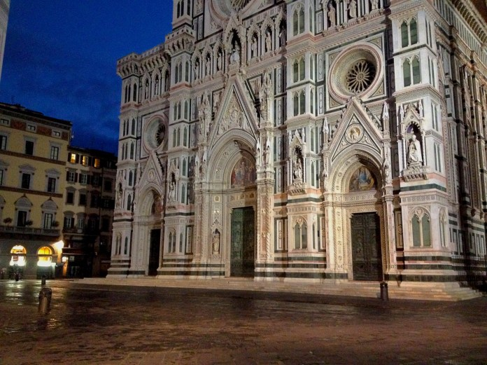 6:54. The moment, when Florence Cathedral's square, which during the day is always overcrowded with masses of tourists, was still quiet.