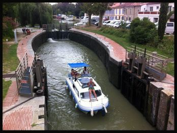 Barco pasando por la Esclusa Gardouch, nosotras al fondo.